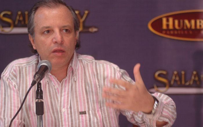 Alberto Plaza es el padrino artístico de la cordobesa Coki Ramírez.
